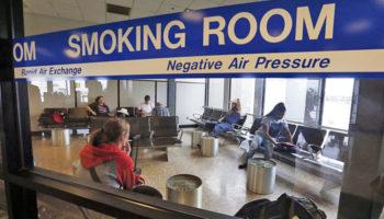 Закон о возврате в аэропорты курилок наткнулся на сопротивление ОНФ
