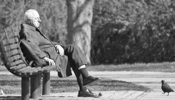 Одиноких дееспособных стариков предлагается устраивать в приемные семьи