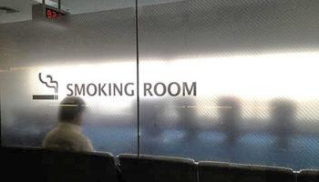 В аэропорты готовы вернуть курилки, но не более двух штук
