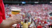 Пиво могут вернуть на футбольные стадионы России, но с условиями