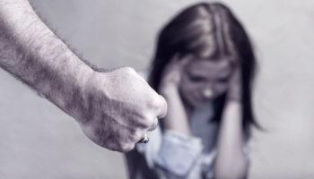 В законопроект о домашнем насилии добавили наказание за «преследование» жертвы