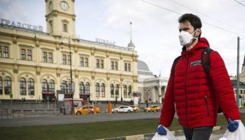 Московских школьников и пенсионеров опять запрут по домам