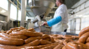 Производители хотят продавать колбасу на 10-15% дороже